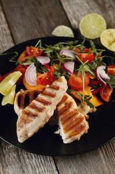 Pyszny grillowany kurczak z warzywami na obiad