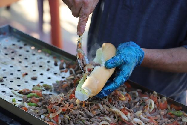 Pyszny grillowy smak mięsa i kurczaka z warzywami i przyprawami letnim tłem