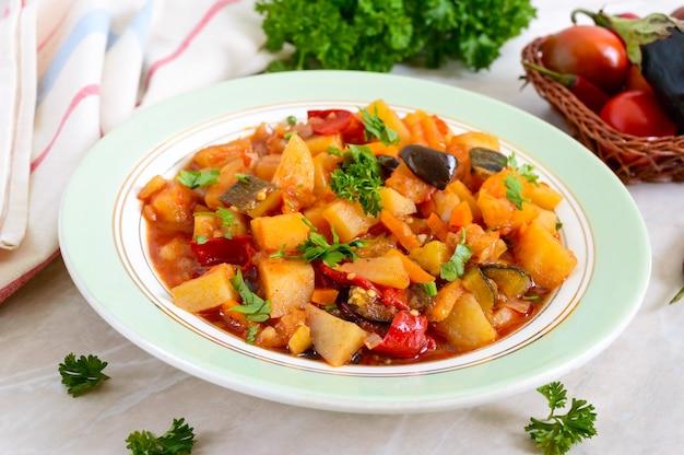 Pyszny gulasz warzywny w misce na stole