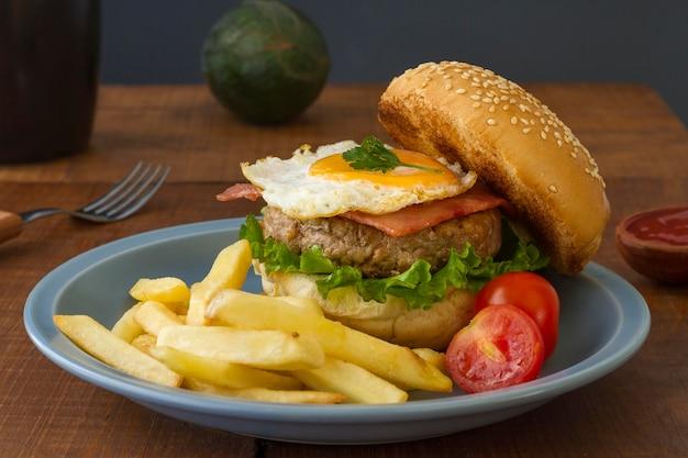 Pyszny hamburger i frytki na talerzu
