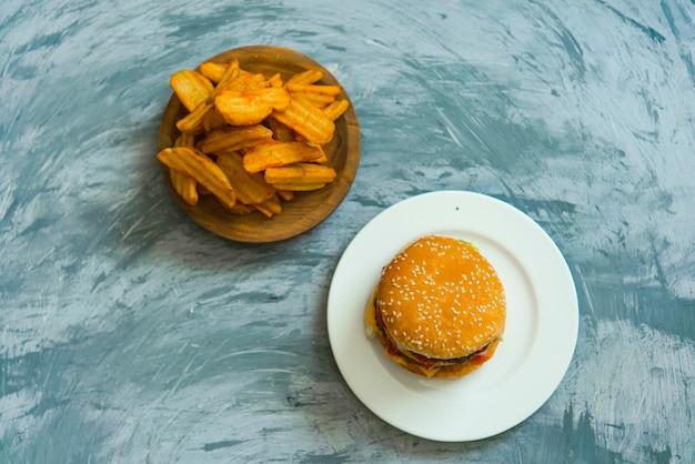 Pyszny Hamburger I Frytki Widok Z Góry Premium Zdjęcia