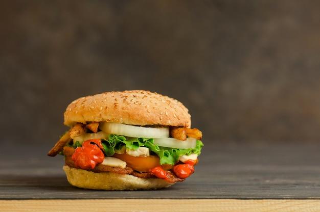 Pyszny hamburger podany na drewnie