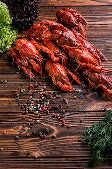 Pyszny homar z owocami morza z przyprawami
