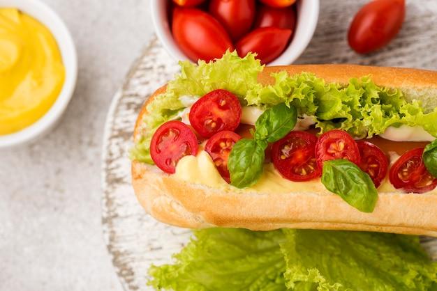 Pyszny hot dog z pomidorami i sałatą