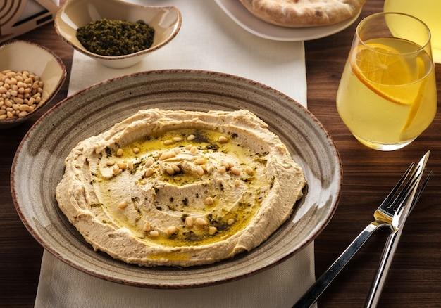 Pyszny hummus z orzeszkami pinii i oliwą z oliwek