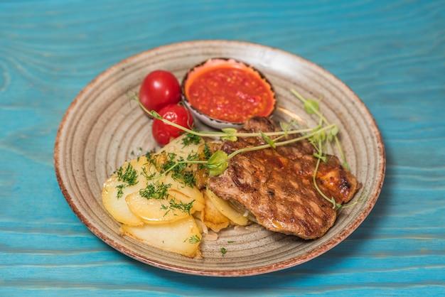 Pyszny i obfity stek wieprzowy z domowymi ziemniakami
