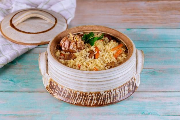 Pyszny indyjski lunch z duszonym ryżem, mięsem i marchewką.