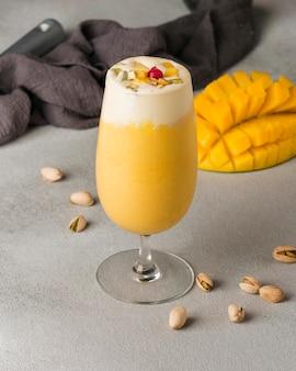 Pyszny indyjski napój mango wysoki kąt