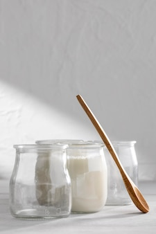 Pyszny jogurt i drewniana łyżka