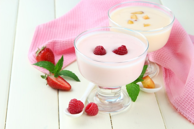 Pyszny jogurt z owocami i jagodami na stole z bliska