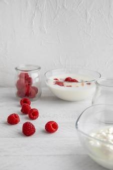 Pyszny jogurt z wysokim kątem i maliny