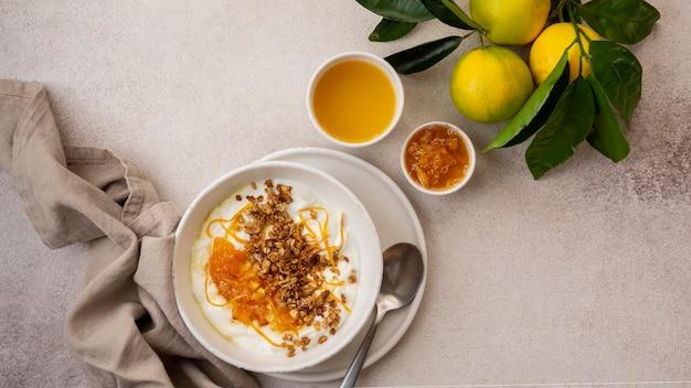 Pyszny jogurt ze skórką cytryny i miodem