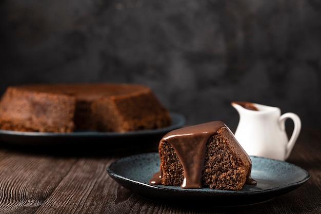 Pyszny kawałek ciasta czekoladowego.