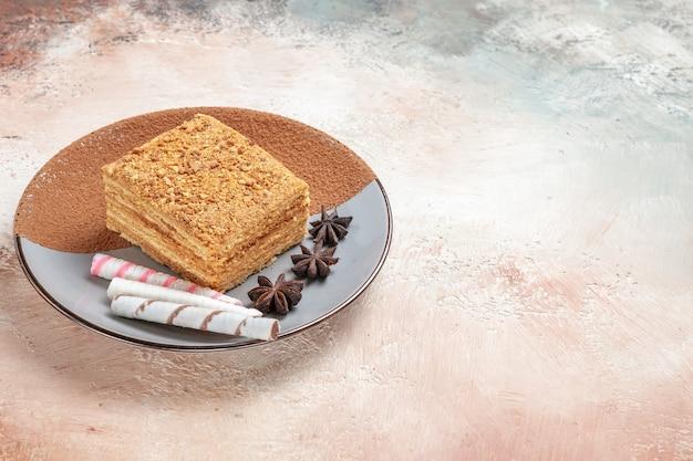 Pyszny kawałek ciasta wewnątrz talerza na światło