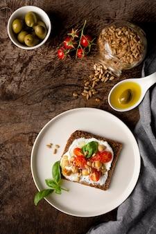 Pyszny kawałek tostu z pomidorkami cherry i pestkami