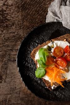 Pyszny kawałek tostu z pomidorkami cherry na patelni