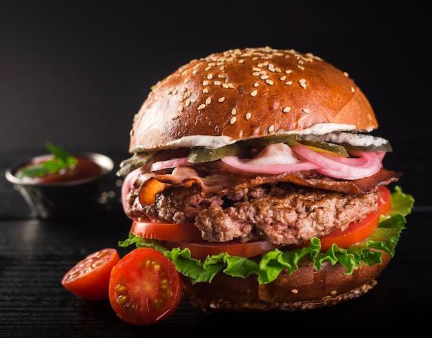 Pyszny klasyczny burger wołowy z pomidorami koktajlowymi