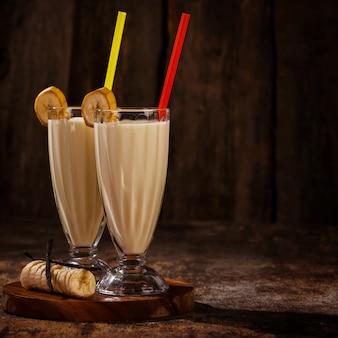 Pyszny koktajl mleczny z bananów