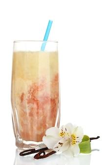 Pyszny koktajl owocowy na białym tle