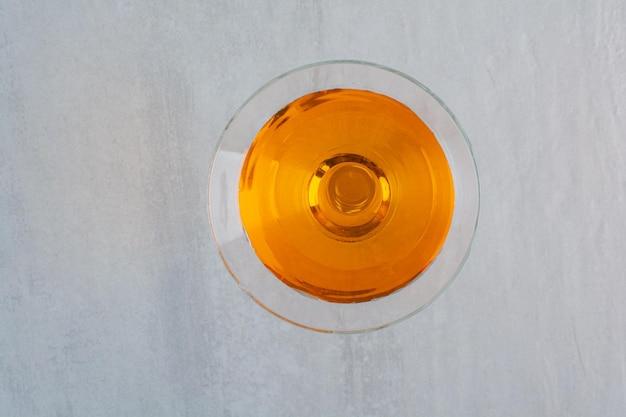 Pyszny kolorowy napój na marmurowym tle. zdjęcie wysokiej jakości