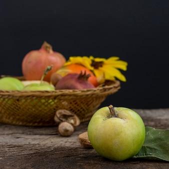 Pyszny kosz z jesiennym jedzeniem