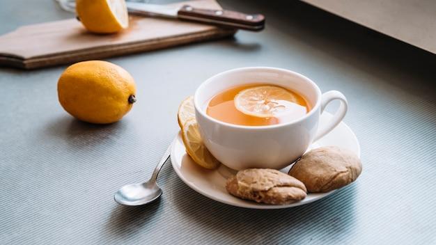 Pyszny kubek herbaty i ciasteczka widok z przodu