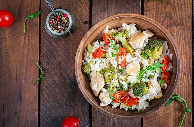 Pyszny kurczak, brokuły, zielony groszek, smażone pomidory z ryżem.