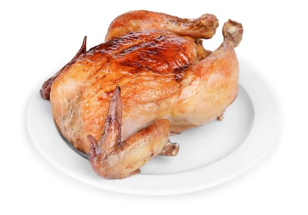 Pyszny kurczak pieczony na talerzu na białym tle