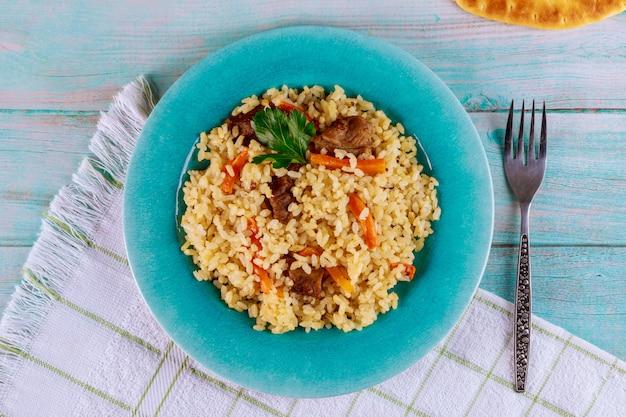 Pyszny lunch z duszonym ryżem, mięsem i marchewką.