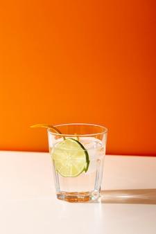 Pyszny napój w szkle z plasterkiem limonki