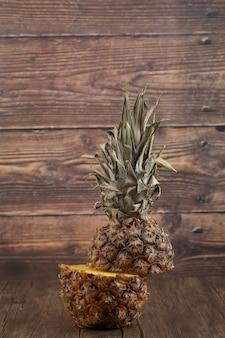 Pyszny, pokrojony świeży ananas umieszczony na drewnianej powierzchni.