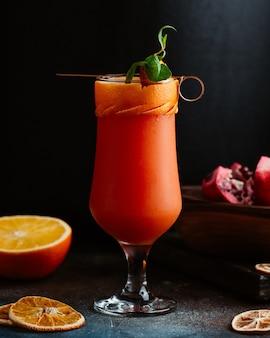 Pyszny pomarańczowy koktajl w eleganckim szkle