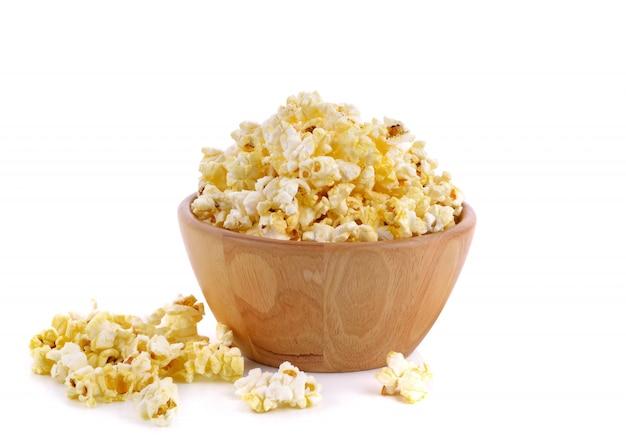 Pyszny popcorn w misce nad białym