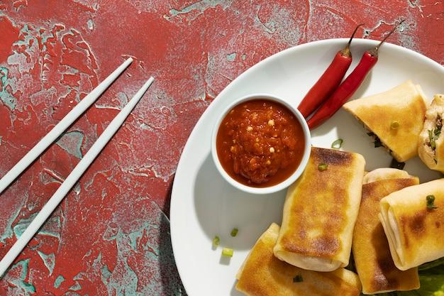 Pyszny posiłek z asortymentem sambal