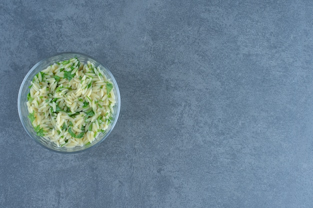Pyszny ryż z zieleniną w szklanej misce.