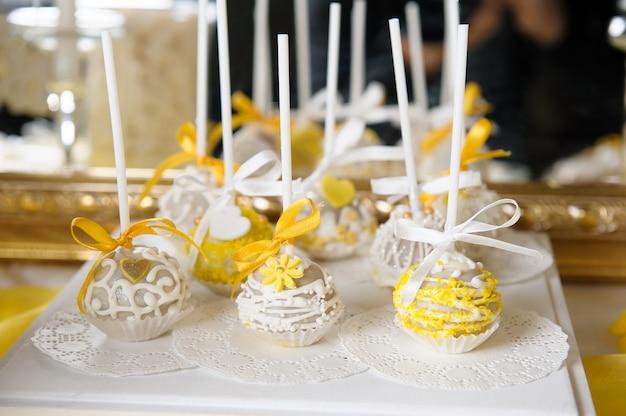 Pyszny słodki bufet z babeczkami. słodki świąteczny bufet z babeczkami i innymi deserami. candy bar
