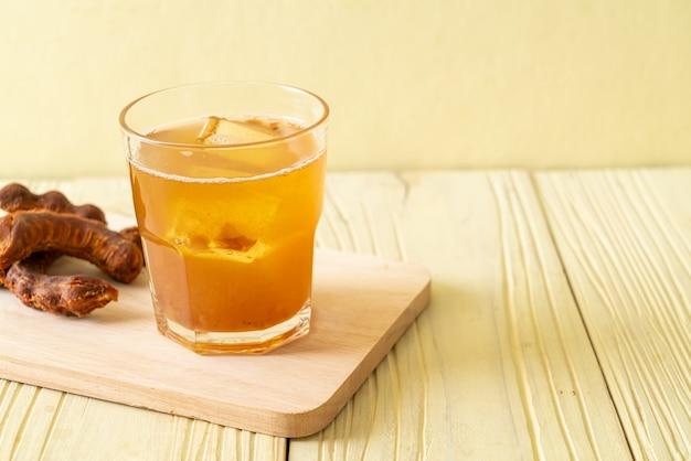 Pyszny słodki napój sok z tamaryndowca i kostka lodu - zdrowy styl napoju