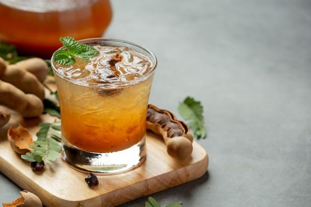 Pyszny słodki napój sok z tamaryndowca na szarej powierzchni