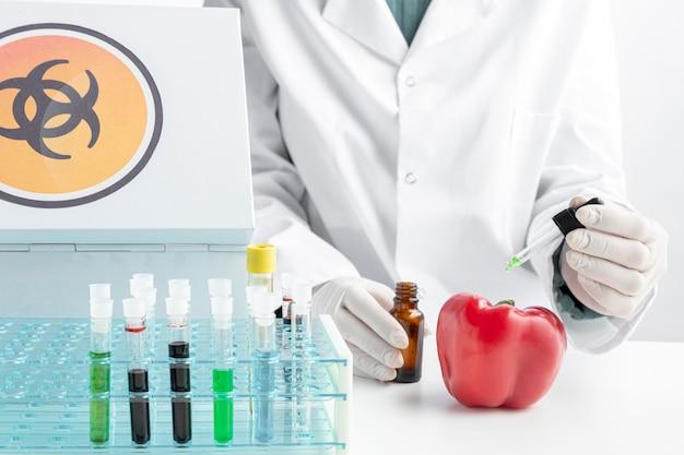 Pyszny słodki pieprz i chemikalia widok z przodu