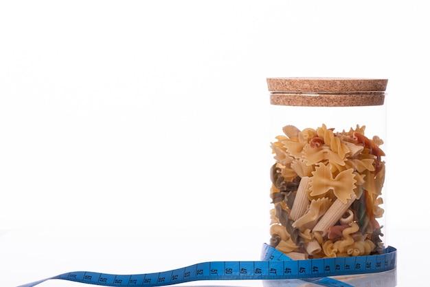 Pyszny, smaczny, świeży, organiczny, pełnoziarnisty makaron włoski w zakorkowanym słoiku
