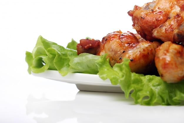 Pyszny smażony kurczak na talerzu