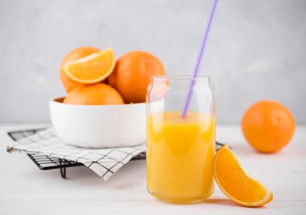 Pyszny sok pomarańczowy gotowy do podania