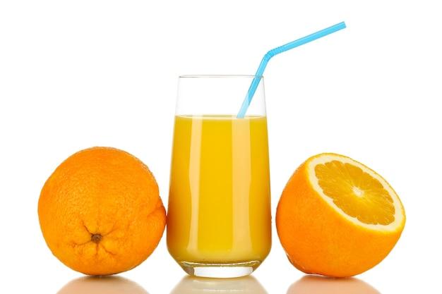 Pyszny sok pomarańczowy w szkle i pomarańczy obok niego na białym tle