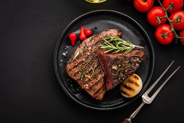 Pyszny stek wołowy z sałatką, aromatycznymi ziołami, pomidorami chery