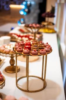 Pyszny stół deserowy z batonikiem weselnym lub przyjęcie sylwestrowe