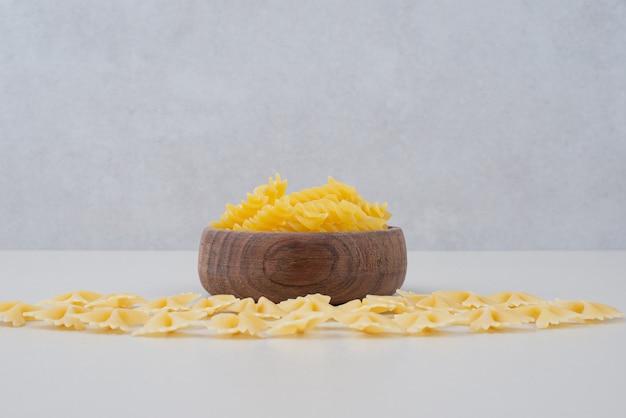 Pyszny surowy makaron na drewnianej tablicy