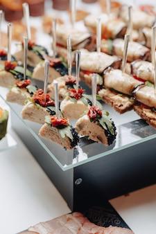 Pyszny świąteczny bufet z kanapkami i różnymi smacznymi posiłkami