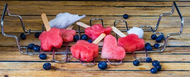 Pyszny świeży arbuz z jagodami na metalowej siatce