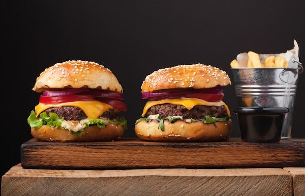 Pyszny świeży burger domowej roboty.