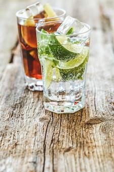 Pyszny, świeży napój na stole